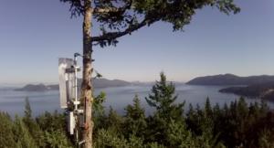 red de internet de alta velocidad antenas de radio en los arboles